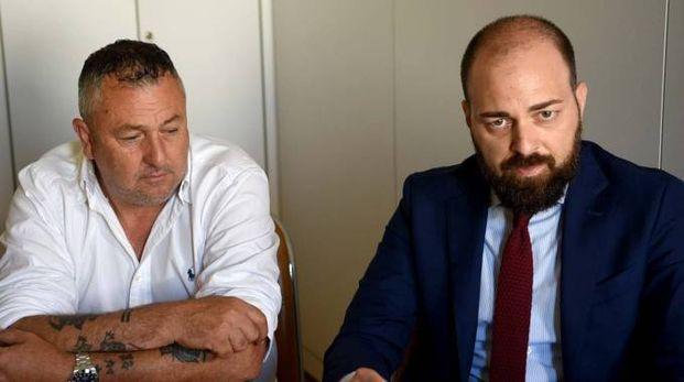 Da sinistra Luca Branchi, fratello di Willy, e il legale Simone Bianchi