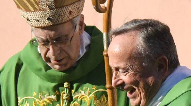 Il parroco don Maurizio Marchini col Vescovo Santucci durante la cerimonia a Soliera