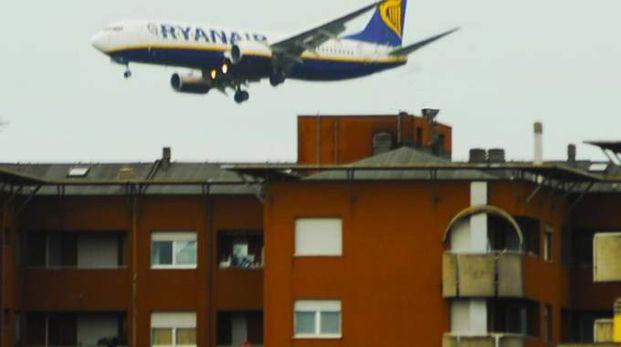 Alcune rotte prevedono il passaggio degli aerei molto vicino alle abitazioni