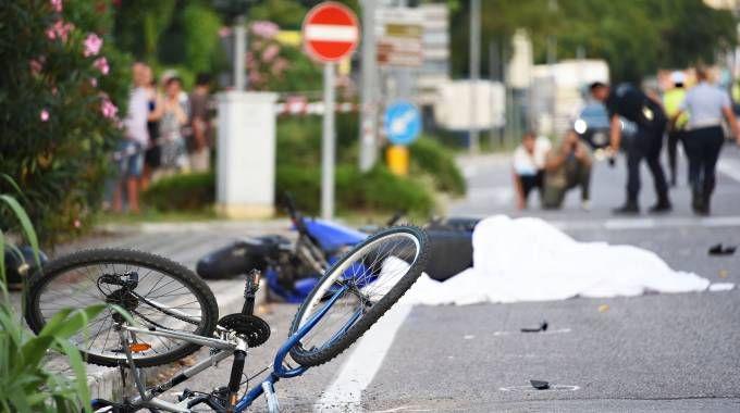 Tremdo schianto fra moto e bici (foto Migliorini)
