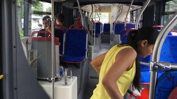 Gli interni di uno degli autobus finiti sotto la lente dei pendolariIL CASO Gli interni di uno degli autobus finiti sotto la lente dei pendolari