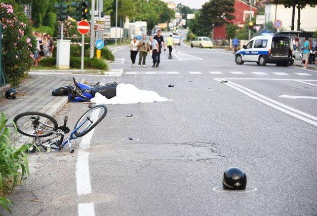 La moto e la bici a terra (foto Migliorini)