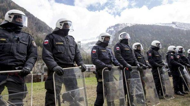 Soldati austriaci in tenuta antisommossa al Brennero (Ansa)