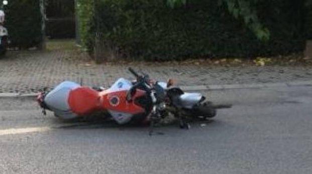 La moto riversa a terra lungo la Flaminia (foto di Fano Informa), poco distante il ristorante Da Farina