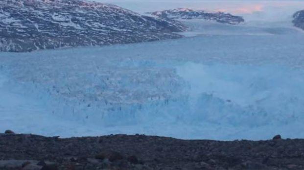 Un frame del video del distacco del ghiacciaio in Groenlandia