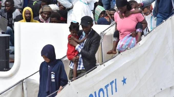 La nave Diciotti durante il salvataggio del 13 giugno scorso (Ansa)