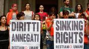 Sit-in di protesta contro le politiche del Governo sui migranti davanti al ministero delle Infrastrutture (Lapresse)