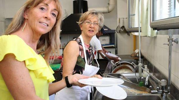PIATTI MONDIALI La cucina dell'hotel Clipper ricca di personale proveniente dall'Est e col cuoco di origine tunisina mentre lo chef dei dolci è siciliano