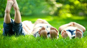 Giocare a piedi nudi fa bene all'equilibrio - foto yaruta istock