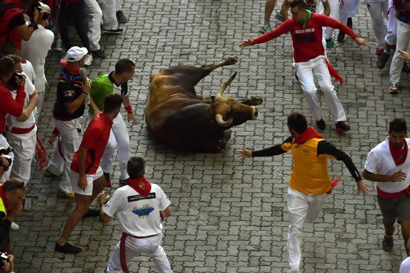 Risultati immagini per Pamplona, le foto choc dei tori a San Firmino. Corridori travolti e feriti foto