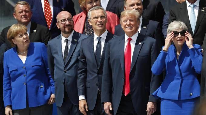 Donald Trump al vertice Nato insieme ad Angela Merkel