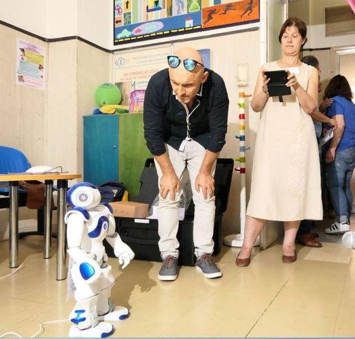 Si chiama Nao, per i tecnici Estrabot, ha 4 anni, è alto 60 centimetri e aiuterà l'ospedale pediatrico Salesi a migliorare. È stato presentato il robottino made in France, ma con un cuore programmato tutto anconetano (Foto Emma)
