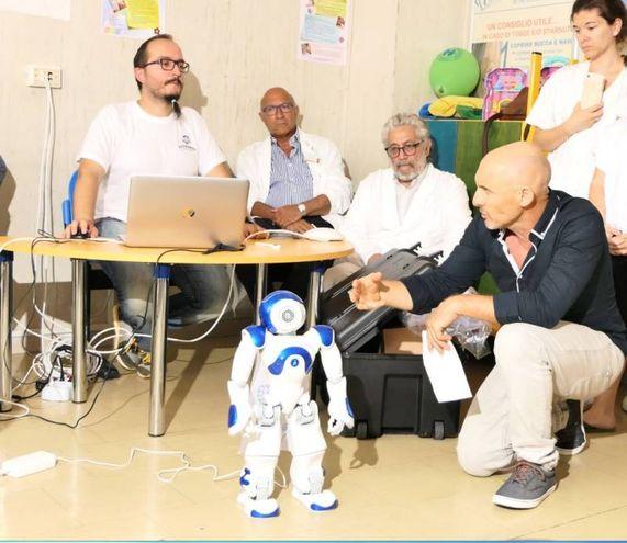 Estrabot è stato costruito in Francia, ma la parte programmatica è affidata a Giuliano fattorini, docente di meccatronica e responsabile tecnico del progetto, nella foto in basso a destra (Foto Emma)