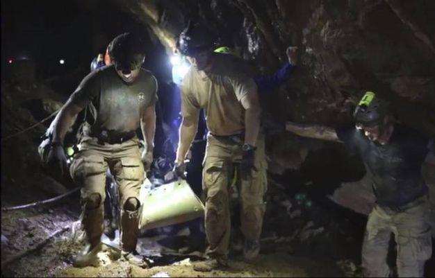 Il bimbo viene portato fuori dalla grotta (Ansa)