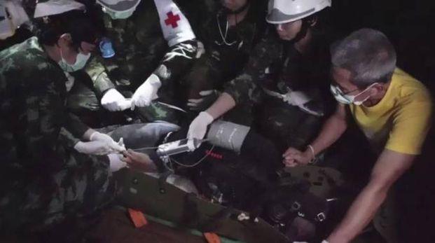 Thailandia, un bimbo tirato fuori dalla grotta (Ansa)