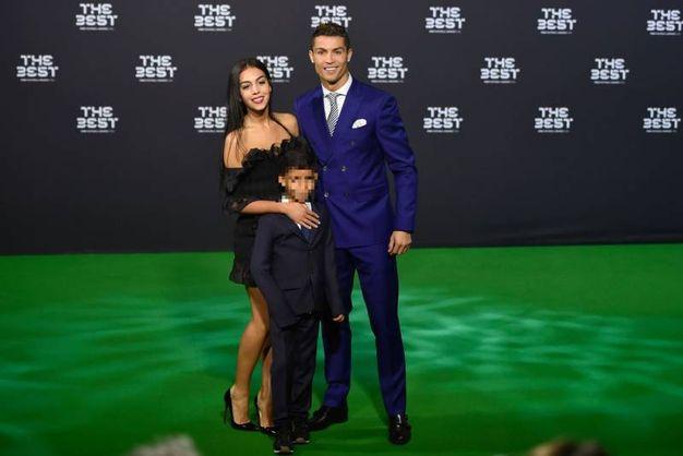 La coppia con il piccolo Cristiano Ronaldo Jr (Lapresse)