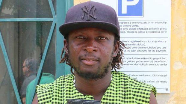 L'ambulante senegalese che ha trovato e restituito il portafoglio