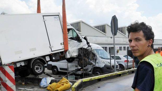 La rimozione del furgone dopo l'incidente (Alcide)