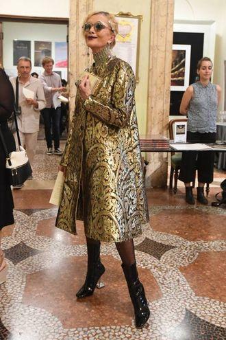 Cecilia Matteucci con un soprabito broccato oro di Lanvin e una borsa in serpente di Bulgari (Foto Schicchi)
