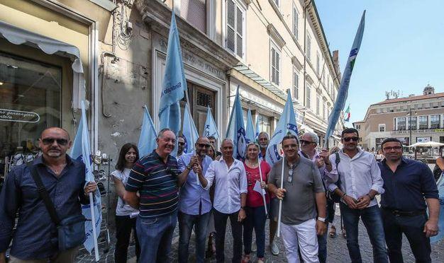 Il sit-in del Siulp contro la scelta di spostare parte della questura nel locale dell'ex Intendenza di Finanza (Fotoprint)