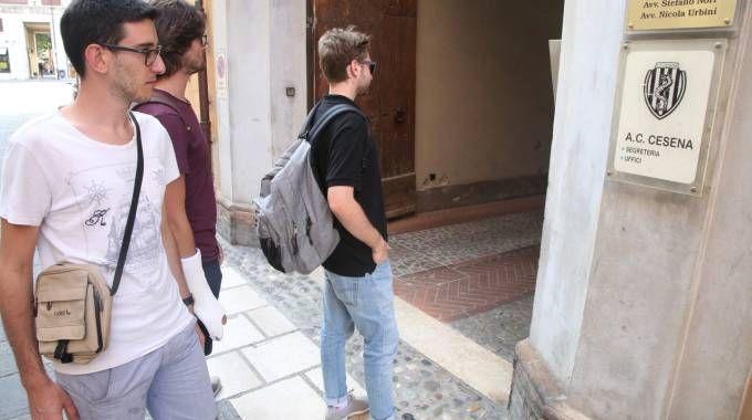Ragazzi davanti alla sede del Cesena in corso Sozzi e il presidente Lugaresi (Ravaglia)