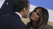 Melania Trump saluta il presidente francese Macron (Ansa)