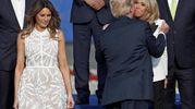 Trump saluta Brigitte Macron (Ansa)