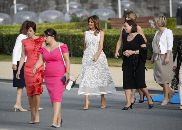 Le first lady pronte per la foto di gruppo (Ansa)