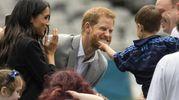 Un bimbo tira la barba del principe Harry (Ansa)