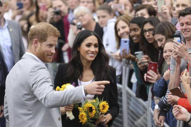 Bagno di folla per Meghan e Harry (Ansa)