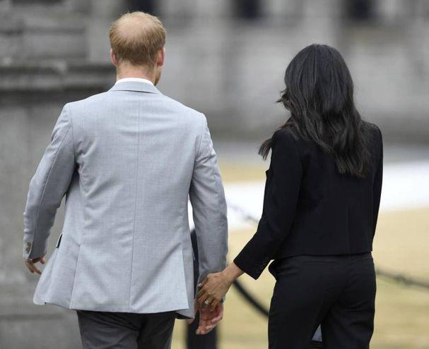 Harry e Meghan mano nella mano (Ansa)