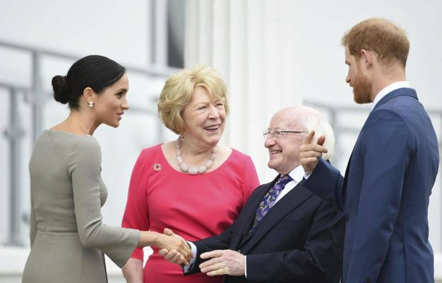 Col presidente Higgins e la moglie Sabrina (Ansa)