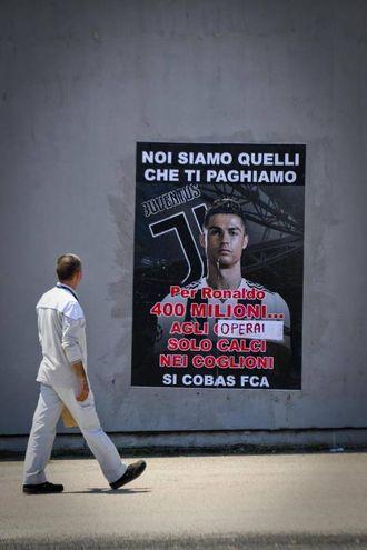 Un manifesto affisso sui muri dello stabilimento FCA a Pomigliano (Ansa)
