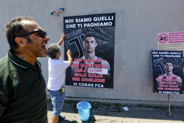Operai protestano all'esterno dello stabilimento FCA di Pomigliano (Ansa)