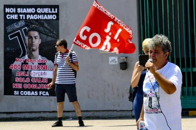 La protesta di alcuni esponenti Si Cobas di fronte allo stabilimento FCA di Pomigliano (Ansa)