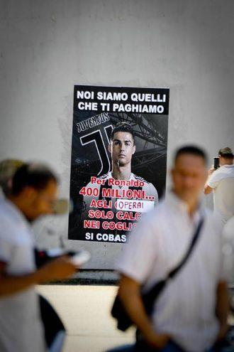 La protesta dei Si Cobas e un manifesto affisso sui muri dello stabilimento FCA a Pomigliano (Ansa)