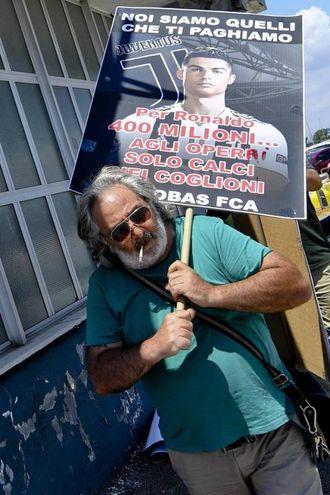 Un operaio protesta all'esterno dello stabilimento FCA di Pomigliano (Ansa)