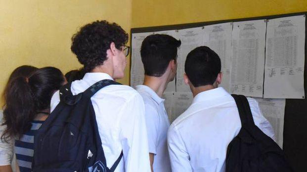 Studenti leggono i risultati della maturità