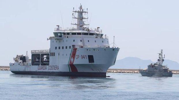 La nave Diciotti con a bordo 67 migranti fa il suo ingresso al porto di Trapani (Ansa)