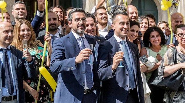 La festa M5S per il taglio ai vitalizi: Riccardo Fraccaro e Luigi  Di Maio (Lapresse)