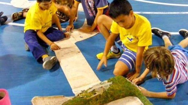 Bambini appassionati del gioco dei tappini