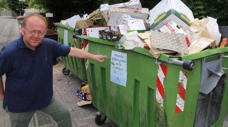 Contenitori della carta ormai traboccanti e sacchi maleodoranti sul marciapiede in via Marucelli