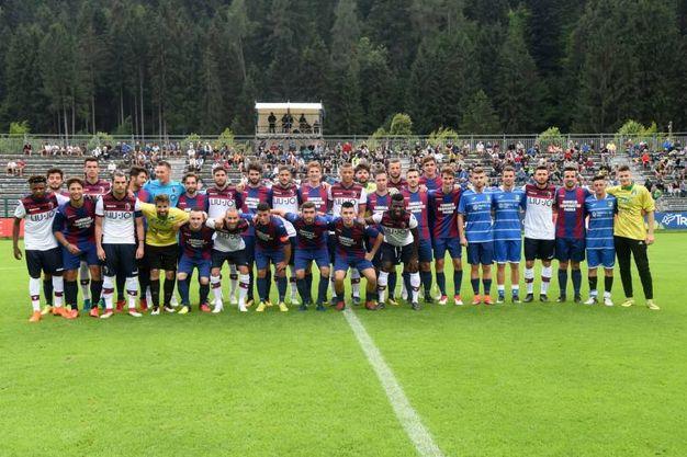 Le due squadre prima della partita amichevole (foto Schicchi)