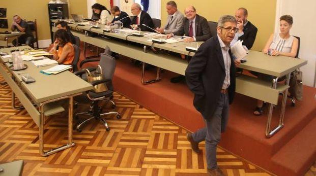 Stefano Spinelli mentre lascia il consiglio comunale