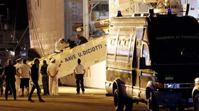 Migranti, lo sbarco della nave Diciotti (Lapresse)