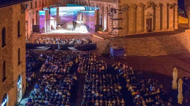 Il palco adagiato sul sagrato della Cattedrale