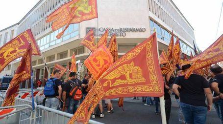 La solidarietà Bandiere con il leone di San Marco davanti al tribunale