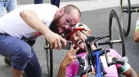 Selfie con linguaccia per il vincitore Giagnoni (foto Gianni Attalmi)
