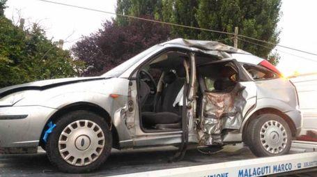 L'auto incidentata dopo lo scontro con la moto