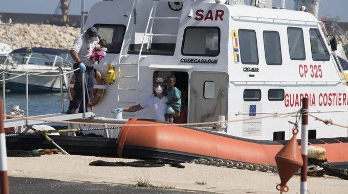Migranti, lo sbarco di donne e bambini a Pozzallo (Ansa)